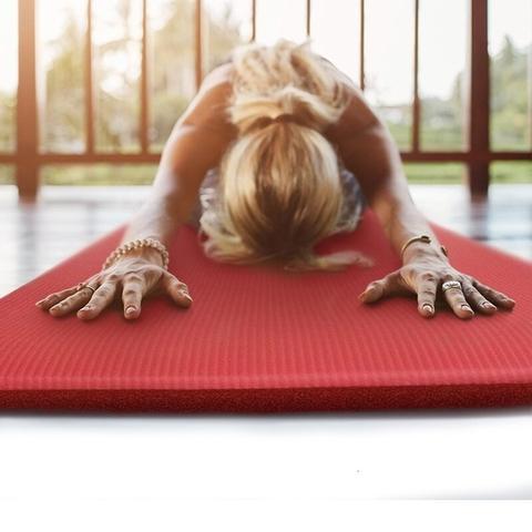 exercice étirement sur tapis de sol gym